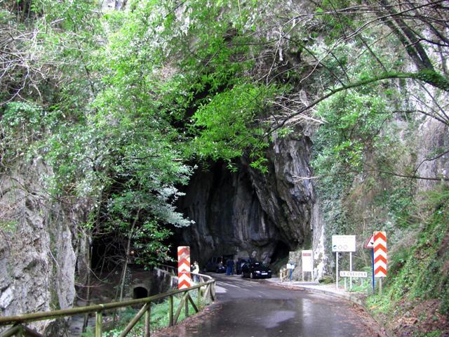 Una carretera sorprendente en una cueva
