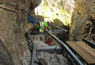 Construcción de la pasarela en la ruta del cares