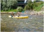 Una pareja baja el sella en canoa.